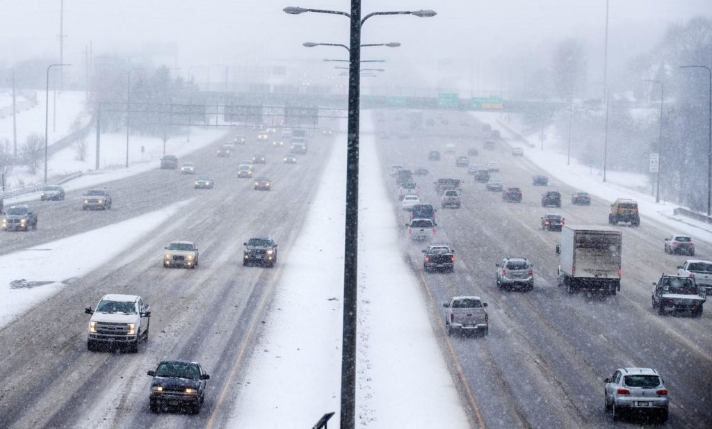 Accumulating snow to affect morning commute, most metro area schools cancel classes Thursday